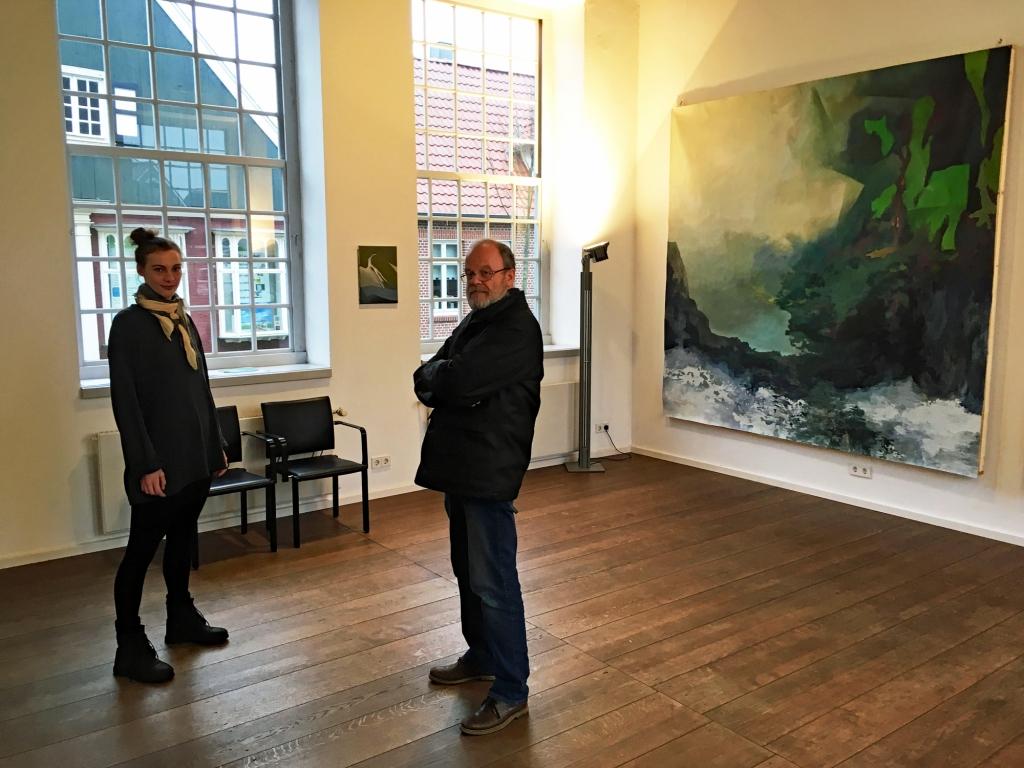 Carina Schüring (mit Andreas Meistermann) in ihrer Ausstellung im Kunstverein Grafschaft Bentheim   (Foto: © 2018 Wolfgang Weßling)